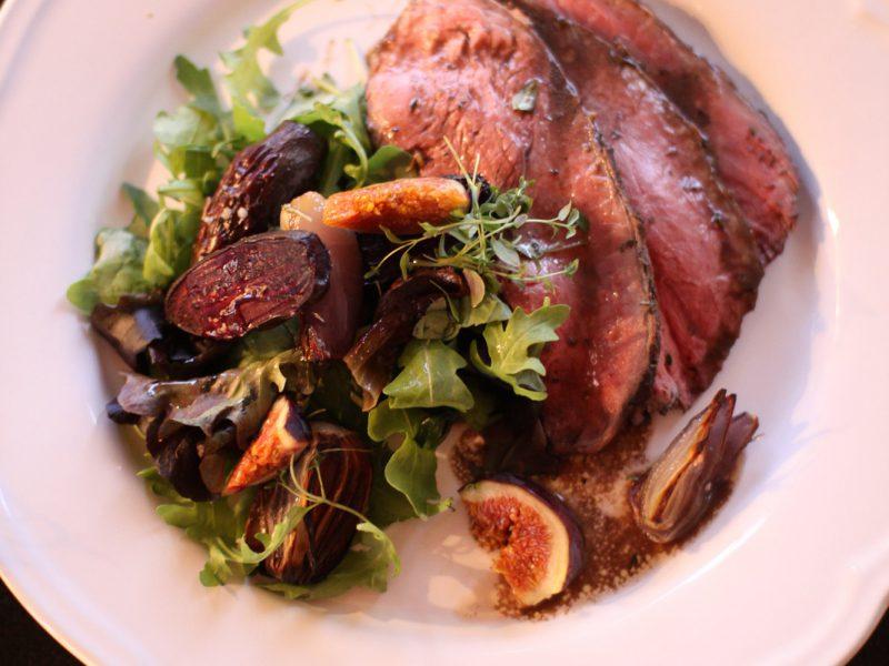 Rödvinsbrässerad stek med rostad rödbetssallad och fikon