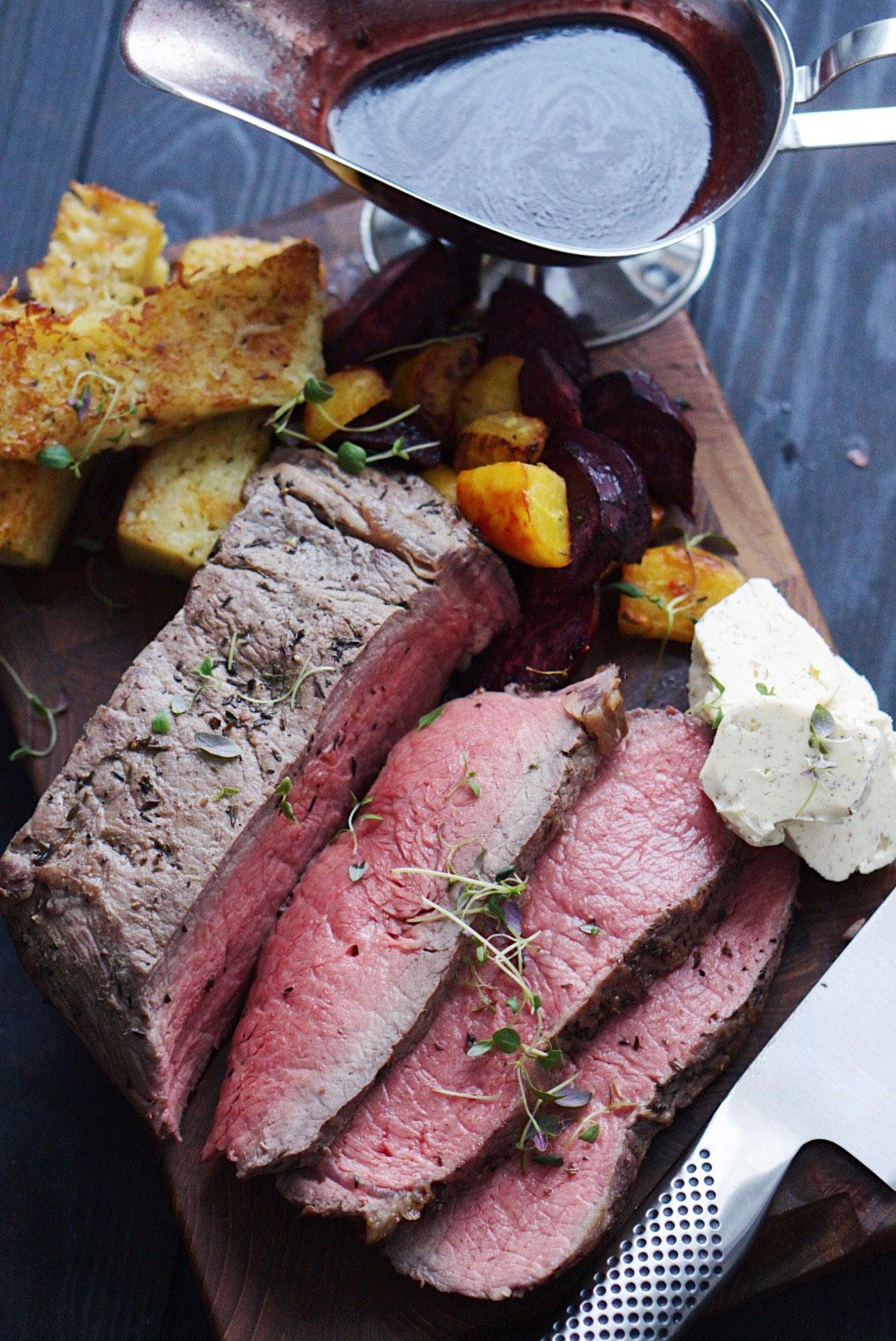 Biff med potatiskaka, rödvinssås, tryffelsmör och ugnsrostade betor
