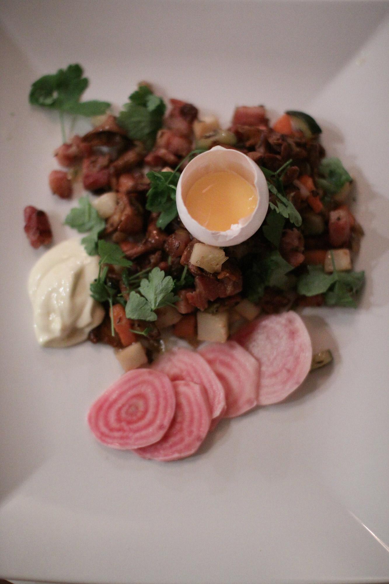Kantarellpytt med sidfläsk, picklade polkabetor och senapsaioli