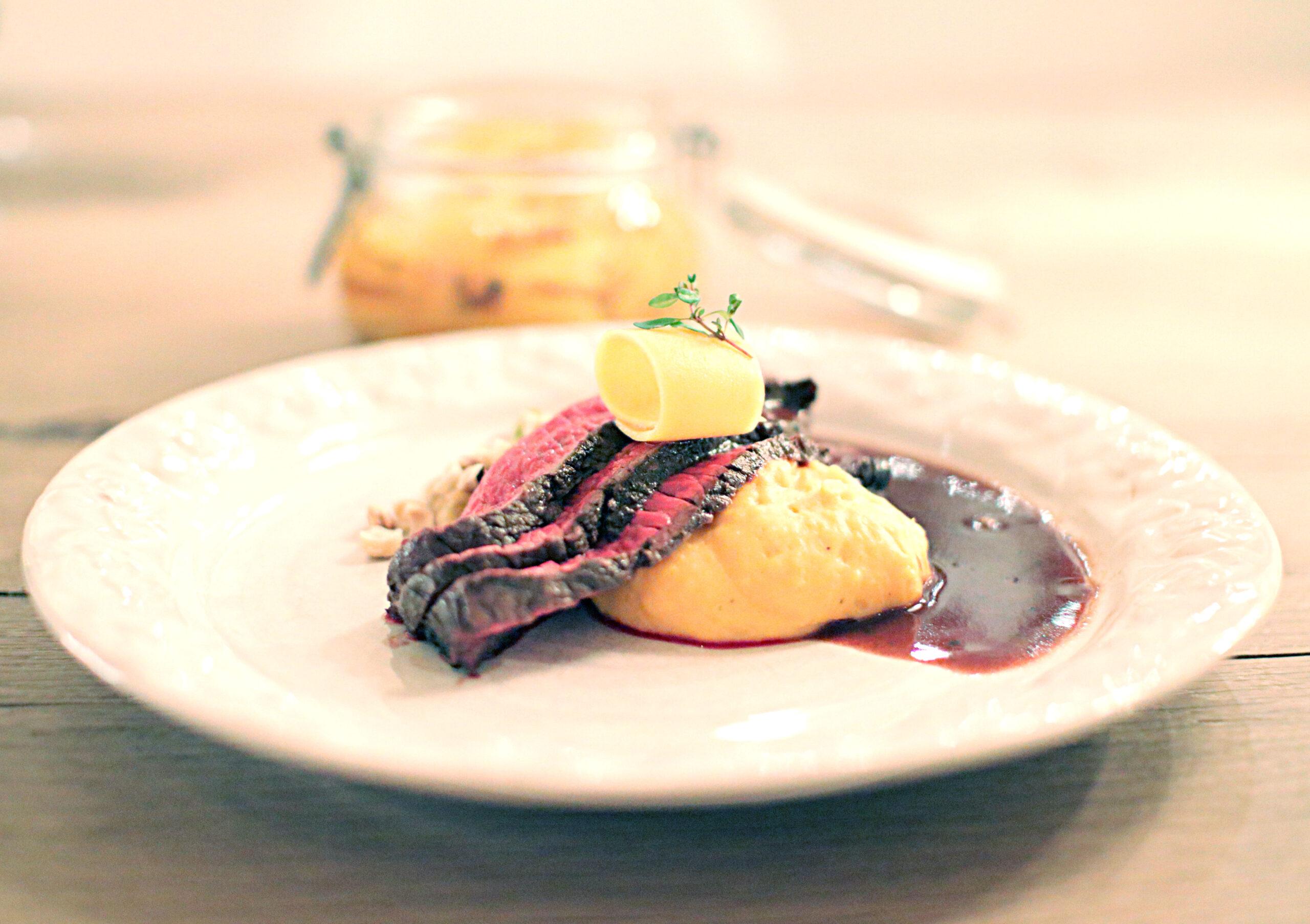 Helstekt biff med pumpapuré, picklad pumpa, rödvinssås och gräddstuvad savoykål