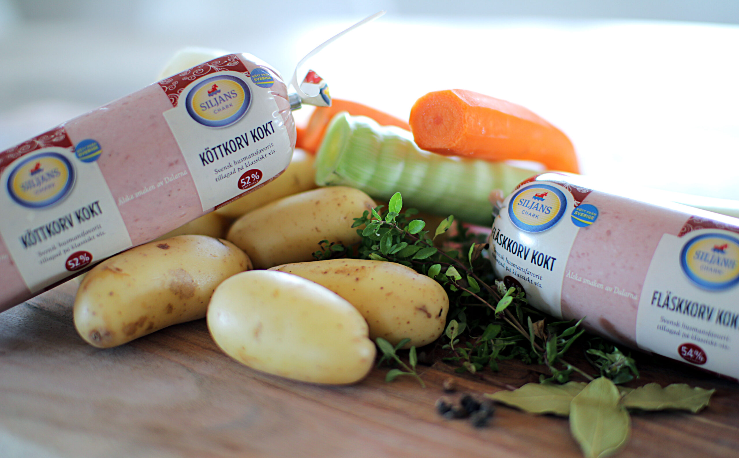 Fläsk- eller köttkorv med buljongkokta rotsaker och senapscrème
